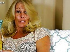 Karsto Amerikāņu mājsaimniece, rotaļājoties ar viņas shaved pussy